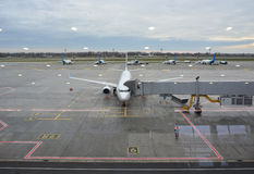 Sikt av flygplanet och landningsbanan av flygplatsfönstret Royaltyfria Foton