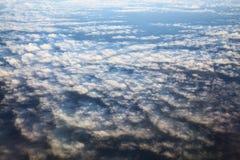 Sikt av flygplanfönstret på horisonten och molnen Royaltyfria Bilder