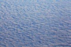 Sikt av flygplanfönstret på horisonten och molnen Royaltyfri Fotografi