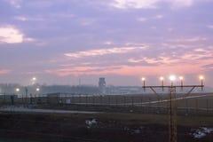 Sikt av flygplats- och flygtrafikkontrolltornet mot vara arkivbilder