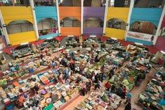Sikt av folk som shoppar för nya grönsaker och livsmedel Arkivbild