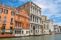 Sikt av forntida byggnader och kyrklig fasadbeklädnad Grand Canal i Venedig Royaltyfria Foton