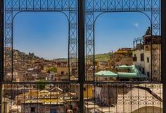 Sikt av forntida tak av Fez medina till och med mött ett utsmyckat fotografering för bildbyråer