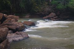 Sikt av forsar i floden, Kwanza Sul arkivbilder