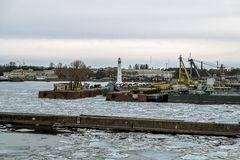 Sikt av FORTEN av Kronstadt på ankomsten av färjan i St arkivbilder