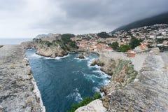 Sikt av fortet Lovrijenac från Dubrovnik stadsväggar Arkivbild