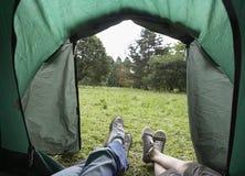 Sikt av fot i tält arkivbild
