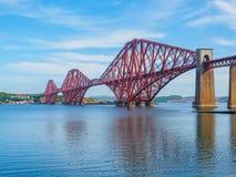 Sikt av framåt bron, en järnvägsbro över firthen av framåt nära Edinburg, Skottland royaltyfri fotografi