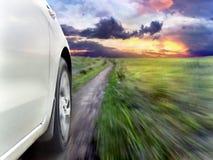 Sikt av framdelen av en silverbil, medan snabb körning Royaltyfria Bilder