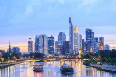 Sikt av Frankfurt - f.m. - huvudsaklig horisont på skymning Arkivbild