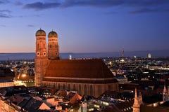 Sikt av Frauenkirche i vintern, Munich, Tyskland Arkivbild