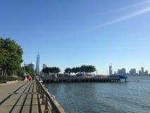 Sikt av Freedom Tower från Hudson River Park Arkivfoton