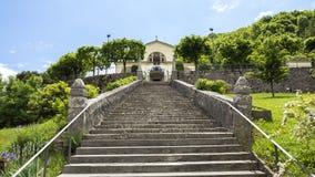 Sikt av fristaden av Altino och dess trappuppg?ng Stad av albinot, Bergamo, Italien royaltyfri foto