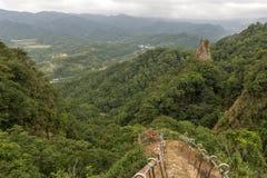 Sikt av frodiga kullar, dalen & brant klippa på Pingxi, Taiwan Arkivbilder