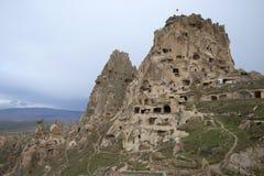 Sikt av fästningen av Uchisar och grottastaden Cappadocia Turkiet Royaltyfri Bild