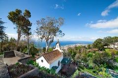 Sikt av Funchal från Monten Kapellet de La Quinta gör Monte i förgrund, madeiran, Portugal Arkivfoton