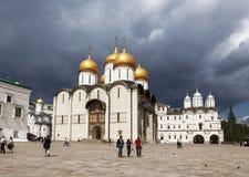 Sikt av fyrkanten för MoskvaKremldomkyrka, Moskva, royaltyfri bild