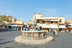 Sikt av fyrkanten för Rhodes den gamla stadsmitt Arkivbild