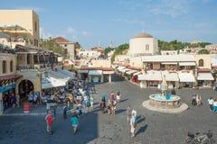 Sikt av fyrkanten för Rhodes den gamla stadsmitt Arkivfoto