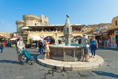 Sikt av fyrkanten för Rhodes den gamla stadsmitt Arkivfoton