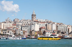 Sikt av galataområdet och Galata Kulesi, Istanbul, Turkiet Royaltyfri Bild