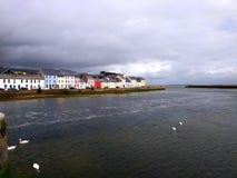 Sikt av Galway från den Claddagh kajen Royaltyfri Foto