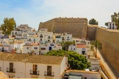 sikt av gamla Ibiza med typiska vithus och restauranger Royaltyfria Foton