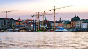 Sikt av Gamla Stan i Stockholm, Sverige med konstruktionskranar under aftonen stock video