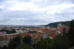 Sikt av gamla tak för röda tegelplattor i den stadsprague Tjeckien härliga Europa Royaltyfri Foto