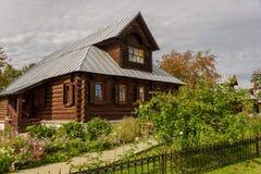 Sikt av gamla trähus i den Suzdal staden Ryssland Returnera för nunnor i en forntida kloster Royaltyfri Foto