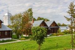 Sikt av gamla trähus i den Suzdal staden Ryssland Returnera för nunnor i en kloster Arkivfoto