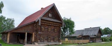 Sikt av gamla trähus i Suzdal Ryssland Royaltyfria Bilder