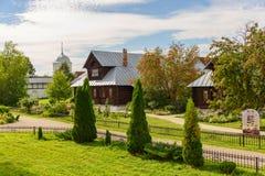 Sikt av gamla trähus Ryssland Returnera för nunnor i en forntida kloster Royaltyfria Foton