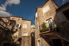 Sikt av gammal stenbyggnad på den medelhavs- staden Royaltyfri Fotografi