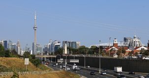 Sikt av Gardiner Expressway in mot centrum i Toronto 4K stock video