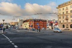 Sikt av gatan Gorodskoy Val eller stadsaxeln i centrum av Minsk _ arkivfoto
