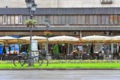 Sikt av gatan i gammal stad av Novi Sad, Serbien Royaltyfria Bilder