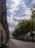 Sikt av gatan längs kanalen i den holländska staden av Vlaardingen på en solig dag med moln i himlen Rotterdam, Holland, fotografering för bildbyråer