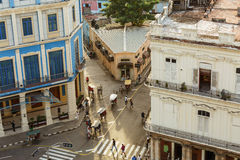 sikt av gatan och byggnader för stil för tappning för kubansk havannacigarrstad den retro med folk i bakgrund Arkivbilder