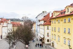 Sikt av gataNa Kampe nära Charles Bridge i Prague, arkivfoton