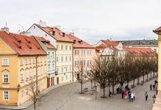 Sikt av gataNa Kampe nära Charles Bridge i Prague, royaltyfria foton