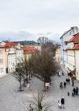 Sikt av gataNa Kampe nära Charles Bridge i Prague, tjeckisk tekniker royaltyfri bild