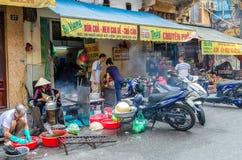 Sikt av gatasikten i Hanoi den gamla fjärdedelen, huvudstad av Vietnam Folket kan sedd undersökning runt om den Royaltyfria Bilder