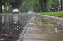 Sikt av gatayttersidan under regn Royaltyfri Foto
