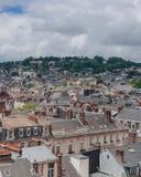 Sikt av gatorna och arkitektur i det historiska centret av Rouen, Frankrike arkivfoto