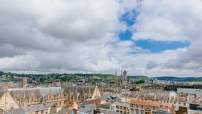 Sikt av gatorna och arkitektur i det historiska centret av Rouen, Frankrike, med Saint-ouen Abbey Church i avståndet royaltyfri bild