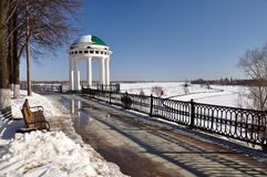 Sikt av gazeboen på invallningen av Volgaet River Royaltyfria Foton