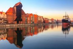 Sikt av Gdansk den gamla staden från den Motlawa floden Arkivbild