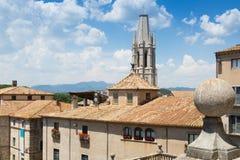 Sikt av Girona med klockatowet av den college- kyrkan av Sant Feli Royaltyfri Fotografi