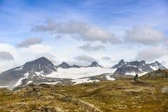 Sikt av glaciären Galdhøpiggen från den ingen vägen 55 jotunheimen den nationella norway parken Royaltyfri Bild